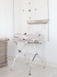Aspell home - Foto, kreativitet, livsstil Shabby Chic Antiques, Shabby Chic Homes, Decor Interior Design, Interior Styling, Old Chairs, High Chairs, Accent Chairs Under 100, Bistro Chairs, White Cottage