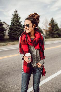 tendances de mode femme écharpe carreaux pull gris