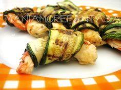 gamberi e zucchine: Ingredienti per uno spiedino:  6 grossi gamberi - zucchine - 1 cucchiaio d'olio evo - aglio tritato -1 cucchiaio di aceto - mentuccia tritata -  sale e pepe o peperoncino.
