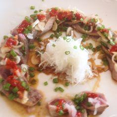 Tataki de atún  Shoyu y Salsa de ajo chino #tataki #atun #tuna #nikkei #nikkeifood #instafood #seafood #pornfood #perufood #sinreceta #sinfiltro #mancora #piura #peru by laca_lima