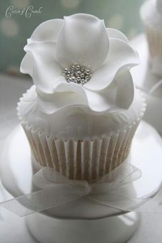 #SGWeddingGuide: wedding cupcakes. These would look really cute on the bottom layer of the cake. Or if they were only for the bridal party... I would have them set in a long line for our table.