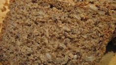Das knusprige Vollkornbrot mit Kernen, Samen und Haferflocken ist leicht und schnell zubereitet.