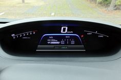 ハイブリッドのみ専用のデジタルメーターを装着。スピードメーター下の青い部分は燃費状況のインジケーターで、よい状態だとグリーンに変化して教えてくれる
