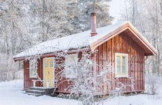 This is what a want a little cabin. Just like this via Sköna hem Swedish Cottage, Red Cottage, Small Cottages, Cabins And Cottages, Sweden House, Fairytale House, Red Houses, Cottage Porch, Small Tiny House