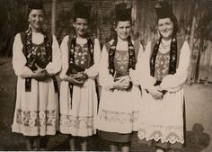Sächsische Trachten have been worn by the people of Sachsen for hundreds of years, starting around 1550, although their use is in steady decline. One of the regional varieties of the Tracht of Sachsen is shown above. The blue and green dresses of the women's Tracht are usually adorned with white aprons, schals and a high circular hat. The men's Tracht usually comes with natural lamb fur coats on dark trousers and vests and white dress shirts. #Siebenbürgen