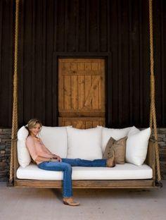 Bank van pallets aan touwen. robuust, comfortabel, tussen de eiken?