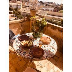 Mosaikbord #quarantine med Lina Kjellvertz | Small Talk | The Way We Play Small Talk, Lol, Table Decorations, Glass, Home Decor, Mosaic, Majorca, Drinkware, Corning Glass