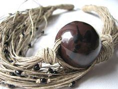 Rose in ceramica marrone  collana di lino di GreyHeartOfStone