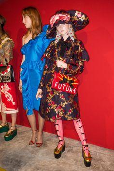 Gucci Spring 2017 Ready-to-Wear Fashion Show Beauty Grunge Fashion, Pop Fashion, Milan Fashion, Trendy Fashion, Fashion Show, Fashion Design, Fashion Trends, High Fashion, Gucci Spring 2017