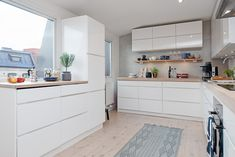 white kitchen with lots of space Cosy Kitchen, Country Kitchen, Kitchen Dining, Kitchen Cabinets, Fancy Kitchens, Home Kitchens, Diy Kitchen Storage, Wood Countertops, Minimalist Kitchen