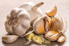 Garlic is used distinctly for a variety of dishes from all over the world. Garlic also has some health benefits that you should know about. Adding garlic to your daily diet will help you achieve a healthy life in the long run. Garlic For Hair Growth, Garlic Health Benefits, Raw Garlic, Garlic Juice, Roasted Garlic, Plant Paradox, Garlic Recipes, Natural Home Remedies, Health Remedies
