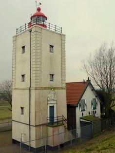 vuurtoren de Ven van Enkhuizen, een bakstenen vierkante toren uit 1699-1700 en is hiermee een van de oudste vuurtorens van Nederland. De toren heeft een hoogte van 15 meter en de lichthoogte is 17 meter. Vanaf Lelystad te zien. cht gedurende 2,5 seconden. Licht 2,5 sec op elke 10 seconden.