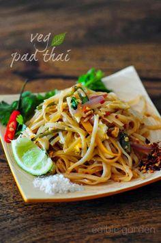 Pad Thai - Vegetarian Pad Thai Noodles Recipe, Step by Step - Edible Garden Vegetarian Pad Thai, Vegan Pad Thai, Vegetarian Recipes, Cooking Recipes, Healthy Recipes, Thai Cooking, Cooking Time, Noodle Recipes, Thai Recipes