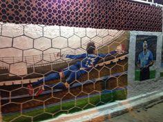 Un mural en las calles de Rio... Remembranza de la atajada de Guillermo Ochoa en el Brasil-México. pic.twitter.com/SGtWqG9XlJ