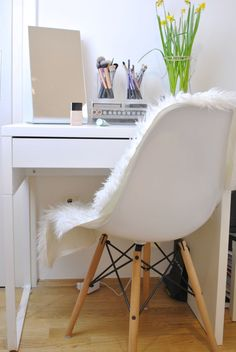 petite coiffeuse design moderne et idée d'aménagement Canapé Design, Design Moderne, Decoration, Girl Room, Eames, Up, New Homes, Rooms, Chair