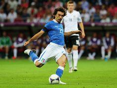 """Andrea Pirlo  Andrea Pirlo ha 34 anni, gioca nella Juventus dal 2011, e con ogni probabilità è oggi il calciatore italiano più apprezzato al mondo – e temuto dagli avversari – tra quelli ancora in attività. Con la nazionale ha disputato 108 partite e segnato 13 gol. È uno dei campioni del mondo del 2006. Agli europei del 2012 si parlò molto del rigore che segnò a """"cucchiaio"""" contro l'Inghilterra, ai quarti di finale."""