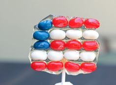 So very unique and perfect for the of July: US flags lollipops made from jelly beans. Learn to make them HERE at couldn't be parve. Fourth Of July Food, 4th Of July Fireworks, July 4th, Lamb Lollipops, Lollipop Recipe, Edible Crafts, Oreo Truffles, How Sweet Eats, Jelly Beans