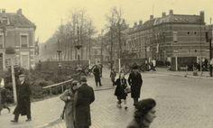 De Nieuwe Ginnekenstraat in Breda omstreeks 1944 tijdens de bevrijding van Breda met gezicht op tankversperring aangebracht op de Wilhelminabrug