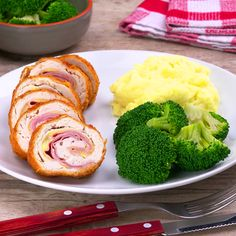 Warm and filling, Cordon Bleu recipe with Chicken and Béchamel sauce makes an elegant meal. Tasty Videos, Food Videos, Frango Cordon Bleu, Good Food, Yummy Food, Baked Chicken Recipes, Creative Food, Food Dishes, Food And Drink