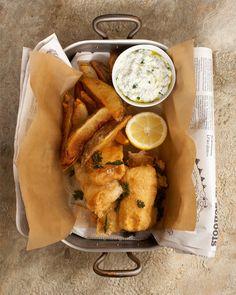 Fish and Chips Ετοιμάζουμε το χυλό για το κουρκούτι του ψαριού αναμιγνύοντας σε ένα μπωλ τη μπίρα με το αλεύρι, το κρόκο, τη μαγιά και το αλάτι...