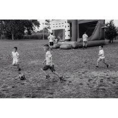 Location: Wantagh Park New York  Scene: Fútbol  #whateveryoudoworkatitwithallyourheart ____________________________________ #12x53_jonas#_53mm_#fujixclub#xf35mm#themonochromaticlens#teamfuji#fujilove#fuji#fujifilm#fujifilm_northamerica#xf35f2#xf35mmf2#xe1#fujixe1#streetphotography#streetphoto#streetportrait#fujifeed#fujilfilmx_us#fujifilm_xseries#myfujifilm#bnw#monochrome#blackandwhite#bnwphotography#exploretocreate#5yearsofxseries#justgoshoot#blackandwhitenyc