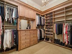 praying to have a closet like this only for me at home when I become an adult Master Closet, Closet Bedroom, Closet Space, Walk In Closet, Home Bedroom, Dream Closets, Dream Rooms, Dream Bedroom, Awesome Bedrooms