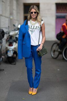 Look de moda: Blazer Azul, Blusa sin Mangas Estampada Blanca y Negra, Pantalón de Vestir Azul, Zapatos de Tacón de Cuero Mostaza