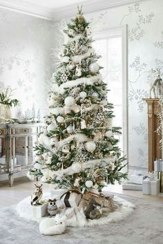 Here are best White Christmas Decor ideas. From White Christmas Tree decor to Table top trees to Alternative trees to Christmas home decor in White & Silver Beautiful Christmas Trees, Christmas Tree Themes, Noel Christmas, Xmas Decorations, All Things Christmas, Winter Christmas, Christmas Crafts, Country Christmas, Flocked Christmas Trees Decorated