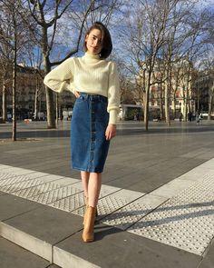 Laure porte la toute nouvelle jupe à boutons et le pull mock neck !  #AmericanApparel #AANewAndNow #AAEmployees
