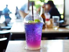 Tea Recipes, Real Food Recipes, Yummy Food, Superfood, Butterfly Pea Tea, Cocktail Party Food, Candy Drinks, Colorful Drinks, Cafe Menu