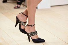 Ankle strap: tacco e cinturino alla caviglia per l'estate 2015 | Decolletè aperto con applicazioni di strass Nina Ricci | FOTO