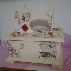 Maquina coser madera con decoupage = COSTURERO.