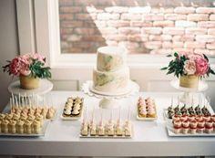 simple idée de bar à bonbons mariage, cupcakes, petits gâteaux et sucette gateau, présentoirs gateau avec des bouquets de fleurs dessus, gâteau à deux étages