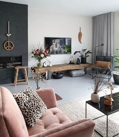 Deze roze stoel valt echt op in het neutrale interieur Living Room Decor Apartment, Room Interior, Home Decor, Room Inspiration, House Interior, Apartment Decor, Home Interior Design, Interior Design, Home Wallpaper