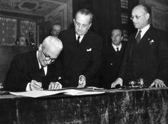 At Palazzo Giustiniani the President of the Italian Republic Enrico De Nicola is signing the Constitution, assisted by the Speaker of the Constituent Assembly Umberto Terracini. Roma, 1st January 1948 MONDADORI PORTFOLIO