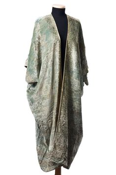 Silk velvet evening coat, by Mariano Fortuny, c. The aqua velvet is covered with a floral stenciled design in metallic gold. The simple garment construction is rectangular, allowing for full. Vintage Dresses, Vintage Outfits, Vintage Fashion, Mode Kimono, Spanish Fashion, 20th Century Fashion, Historical Clothing, 20s Clothing, Pleated Fabric