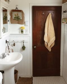 Vintage Bathroom Features That Never Ever Head Out of Style - Aren Home Decor Design Room, House Design, Bathroom Interior, Home Interior, Interior Design, Interior Stairs, Laundry In Bathroom, Small Bathroom, Cottage Bathrooms