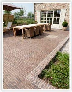 Kleiklinkers_schaduw2 Brick Paving, Brick Path, Brick Garden, Garden Paving, Terrace Garden, Small Brick Patio, Diy Terrasse, Stone Driveway, Classic Garden