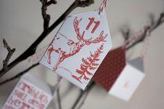 un joli calendrier de l'Avent constitué de petits paniers en forme de maison, décorés de motifs et textes de Noël... à imprimer free