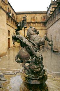 Figura de Sant Jordi matant al drac al Pati dels Tarongers del Palau de la Generalitat.