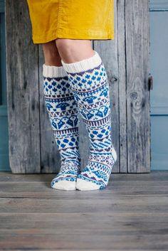Kirjoneulesukat – katso ohje   Meillä kotona Fair Isle Knitting, Knitting Socks, Animal Knitting Patterns, Knitting Ideas, Men In Heels, Fair Isles, Wool Socks, Slipper Boots, Designer Socks