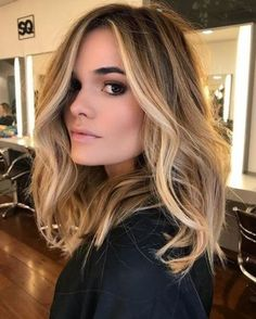 Here's Every Last Bit of Balayage Blonde Hair Color Inspiration You Need. balayage is a freehand painting technique, usually focusing on the top layer of hair, resulting in a more natural and dimensional approach to highlighting. Brown Hair With Highlights, Blonde Balayage On Brown Hair, Highlights Around Face, Pale Blonde, Brown Hair Balayage Blonde, Blonde Balayage Honey, Balayage Hair Lob, Fall Balayage, Balyage Hair