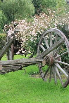 Country Pink flowers and old wagon wheel vintage cart Country Farm, Country Life, Country Living, Country Roads, Old Wagons, Country Scenes, Yard Art, Farm Life, Belle Photo