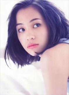 水原希子 (Kiko Mizuhara): VoCE แค่เธอหันมาสบตากัน ในเสี้ยววินาทีนั้นใจฉันก็ละลาย..