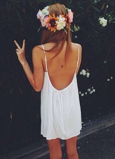 a sweet white strappy dress, flowers in her hair and a peace sign Boho chic bohemian boho style hippy hippie chic bohème vibe gypsy fashion indie folk Hippie Style, Mode Hippie, Bohemian Mode, Hippie Boho, Bohemian Style, Look Festival, Festival Fashion, Coachella, Mode Style