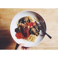 #15minpasta of the day, spaghetti with grilled eggplants and tomatoes.  グリルした茄子とトマトのシンプルパスタ。先にグリルしておいたトマトと茄子を、アーリオオーリオで作ったパスタと混ぜ合わせるだけ。  #パスタ #スパゲッティ #food #pasta #spaghetti #eggplants #tomatoes #thaistagram #onthetable #vscocam #vscofood #afterlight #instafood #cooking #homecooking #bangkok #thailand #バンコク