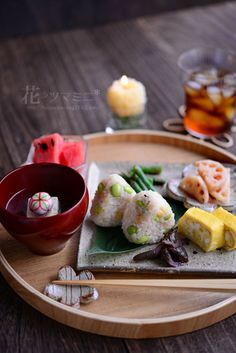 very nice way to serve rice balls with soup and side dishes
