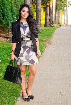 vestido estampa geométrica blazer preto look para trabalho roupa social bolsa prada bolsa de grife