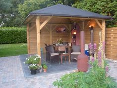 Een prieel in houtskleur in een groene tuin, geeft altijd een mooi effect! #prieel #classico #blokhutvillage