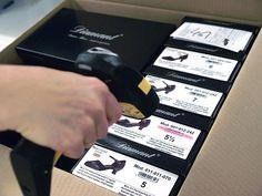 Nachdem die Schuhe in den Versandkarton gelegt wurden, erfolgt ein Ausgangsscan. Dieser Scan löscht die jeweilige Position von der Liste der noch zu liefernden Artikel eines jeden Kunden und trägt den Schuh gleichzeitig vom Lagerbestand ab.